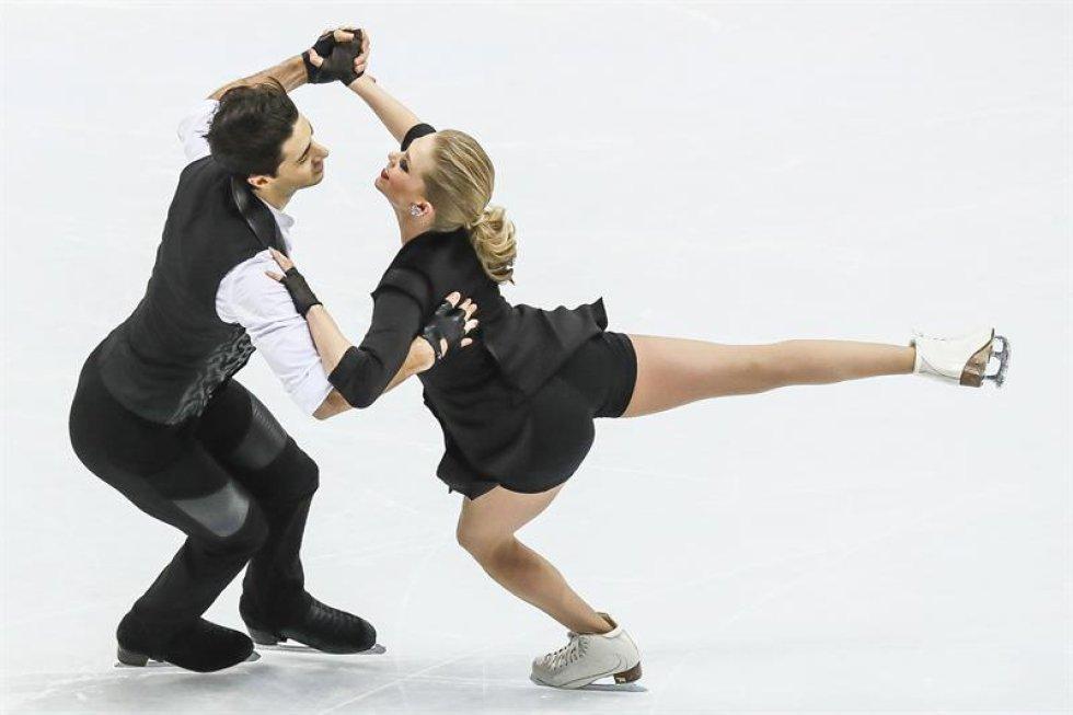 Los patinadores canadienses Kaitlyn Weaver (d) y Andrew Poje compiten en el programa corto de danza