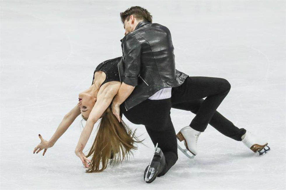 Los patinadores rusos Alexandra Stepanova (i) e Ivan Bukin compiten en el programa corto de danza