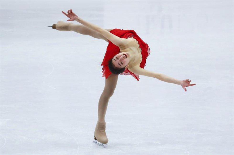 La patinadora china Li Zijun compite en el programa corto de estilo libre de los Campeonatos del mundo de patinaje artístico