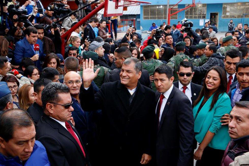 El presidente Rafael Correa llega al lugar para votar.
