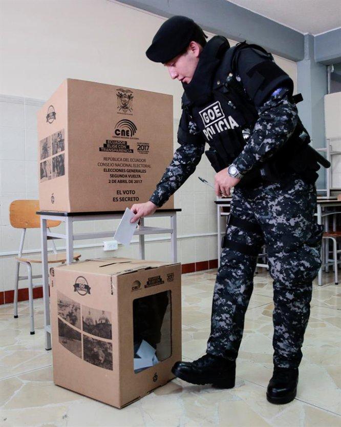 Un policía vota en la segunda vuelta en las elecciones presidenciales. El mandato se lo disputan el oficialista Lenín Moreno y el opositor Guillermo Lasso.