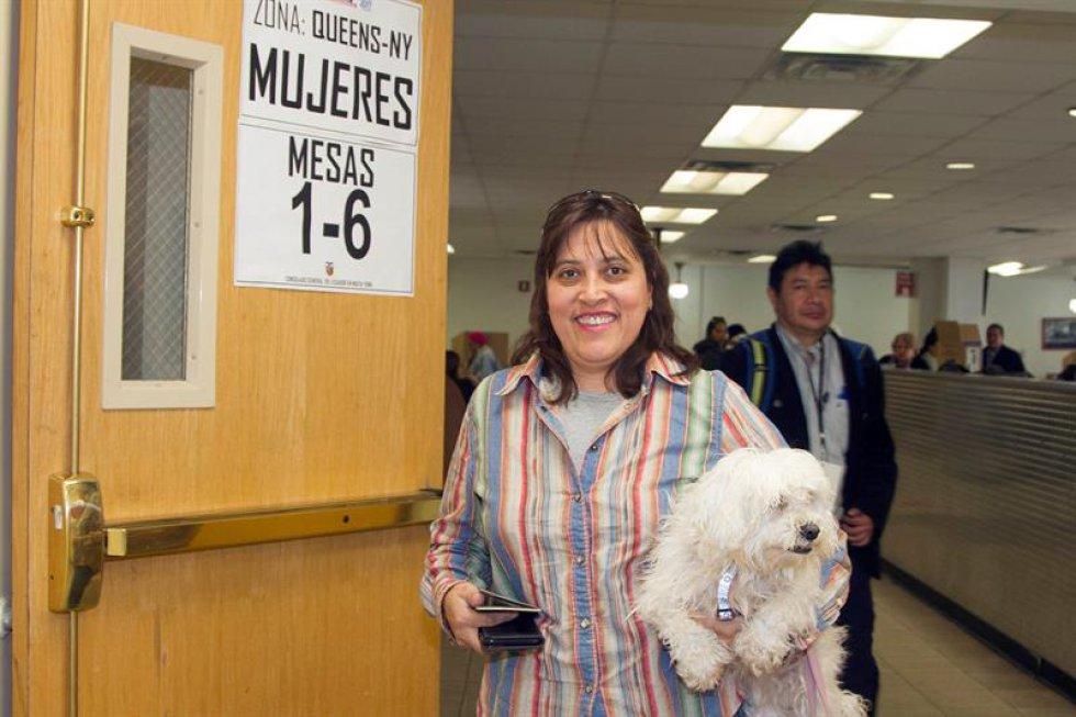 Ciudadanos votan en la segunda vuelta en las elecciones presidenciales. El mandato se lo disputan el oficialista Lenín Moreno y el opositor Guillermo Lasso.