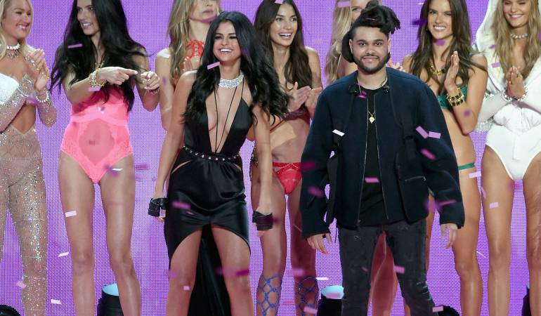 Selena Gómez y The Weeknd en un desfile de Victoria's Secret