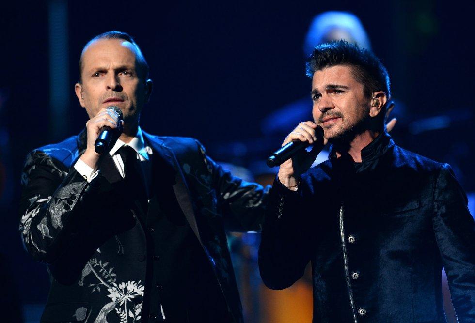 """El cantante tiene entre sus lugares favoritos a Colombia y Nueva Zelanda.  Aquí se le ve cantando junto a uno de sus grandes amigos """"Juanes""""."""