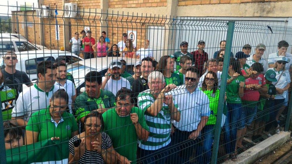 Hinchas de Chapecoense esperaron al cuadro paisa a su llegada al aeropuerto.