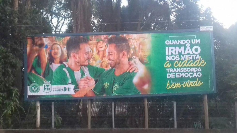 Con distintos carteles alusivos a la 'hermandad' entre ambos equipos, fue recibido Nacional.