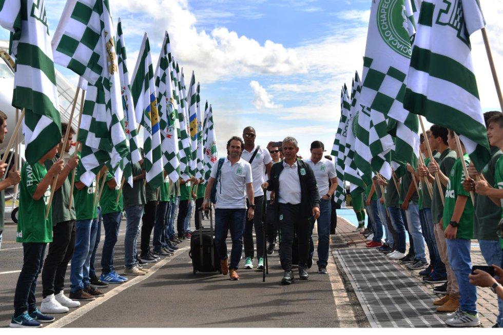 La delegación de Nacional cruza un camino de honor entre hinchas y banderas del Chapecoense y del cuadro antioqueño.