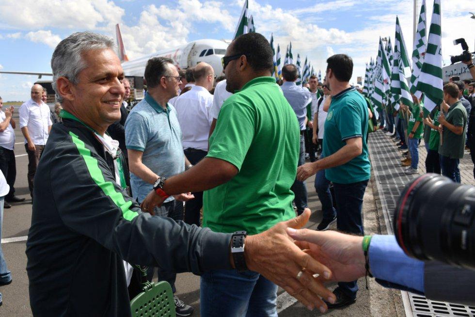 Reinaldo Rueda saluda a la prensa a su llegada al Chapecó.