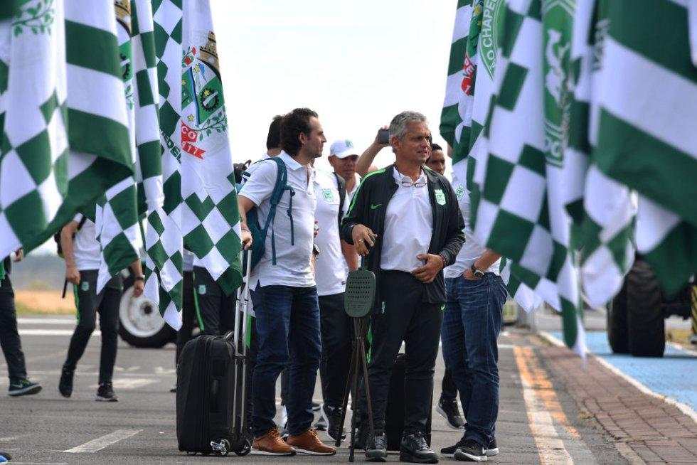 Federico Gutiérrez y Reinaldo Rueda lideraron la delegación de Atlético Nacional a su llegada a Chapecó.