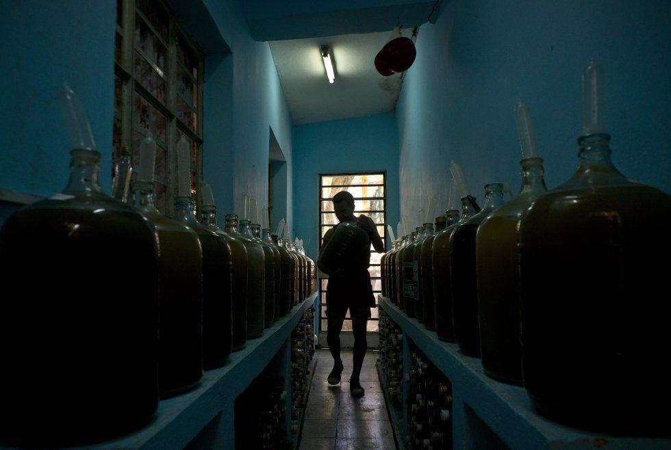 Su casa de vinos se ha convertido en toda una atracción en el vecindario de El Cerro, donde sus vecinos están entre sus clientes.