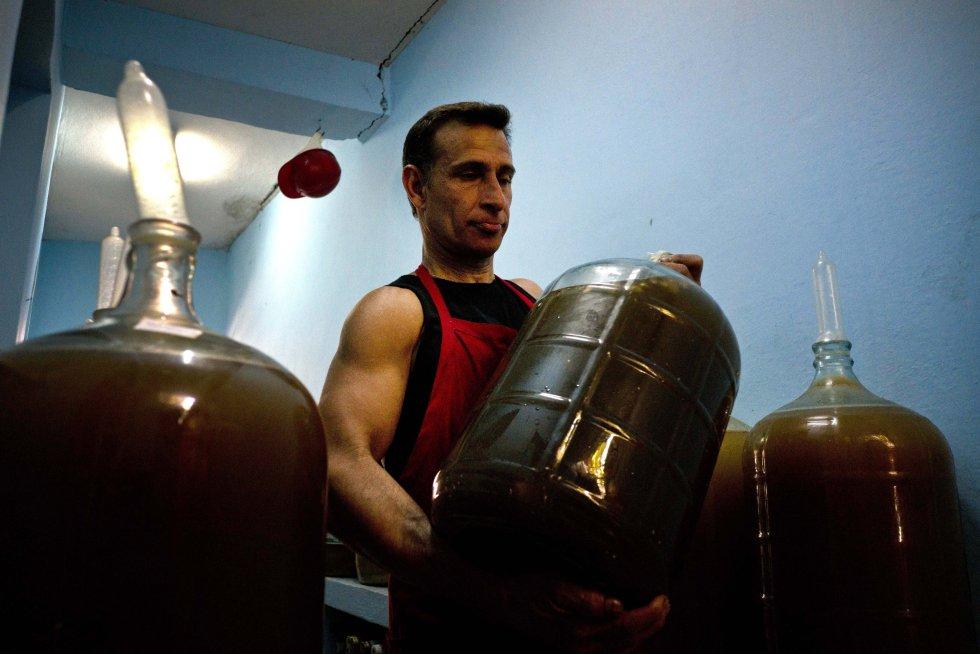 La fábrica de vino abierta por su padre, también llamado Orestes, tiene casi 300 botellones de 20 litros tapados con preservativos.