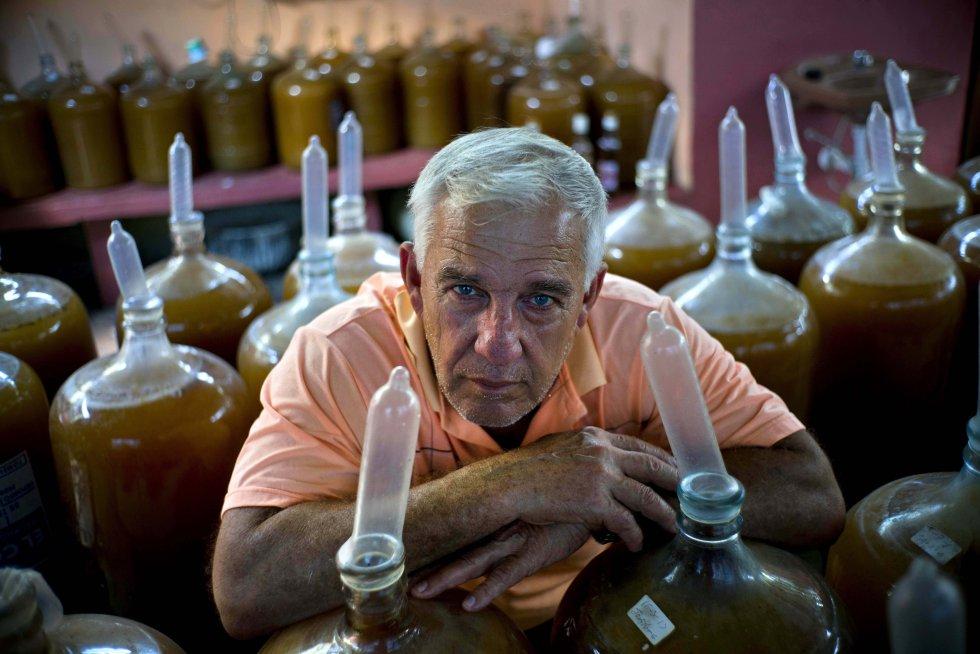 Estévez y su familia llenan los recipientes con jugos elaborados con uvas, guayabas, berros o flor de Jamaica y los cierran colocando un preservativo en el cuello de la botella, para iniciar un inusual proceso de fabricación de vino en una tierra famosa por su ron.