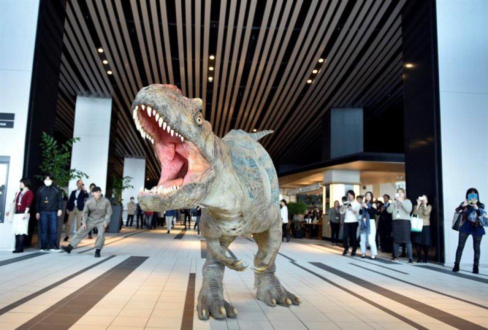 """Un dinosaurio de """"Dino-Tronics"""", que representa a un Alosaurio."""