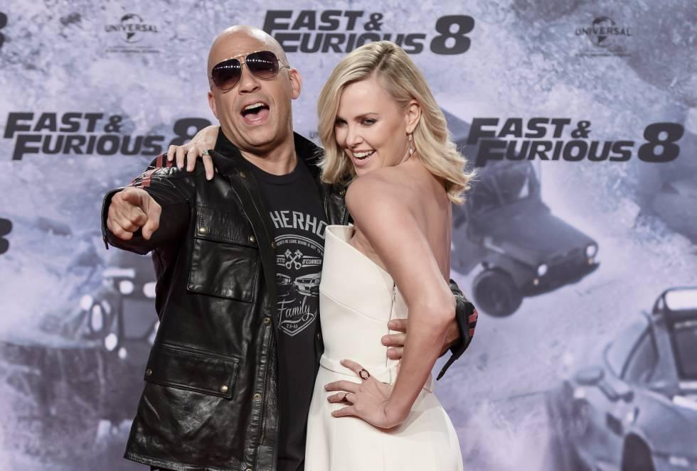"""El actor estadounidense Vin Diesel (i) y la actriz sudafricana Charlize Theron (d) durante la presentación de la última película de la saga """"Fast & Furious""""."""