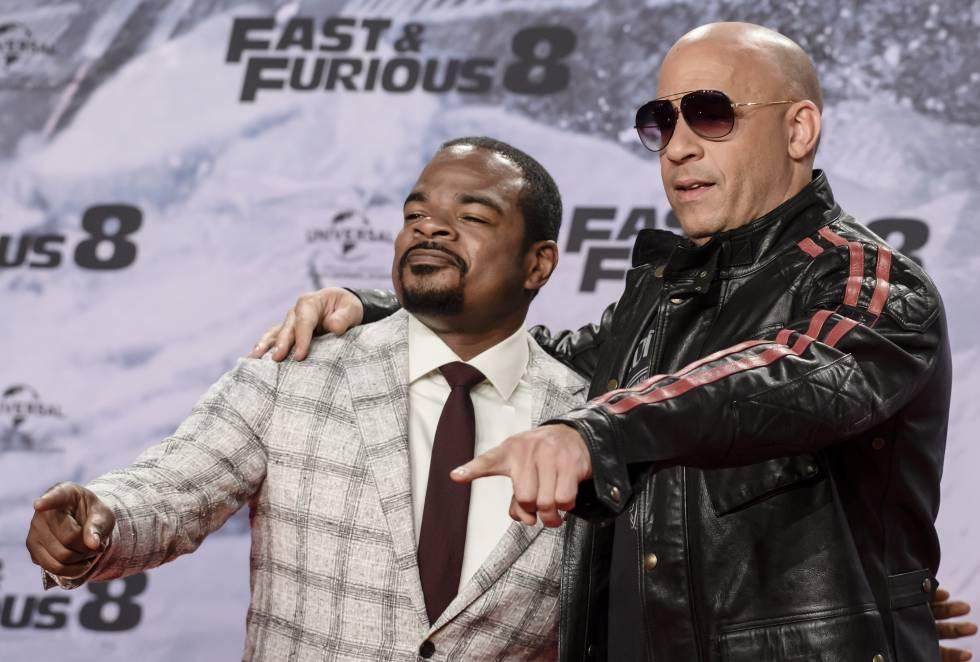 El actor estadounidense Vin Diesel (d) y el director de la cinta F. Gary Gray.
