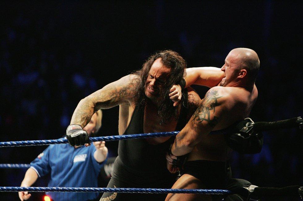 """Un año después de debutar, """"The Undertaker"""" saltó a la fama venciendo al popular Hulk Hogan, una de las grandes personalidades de la época."""