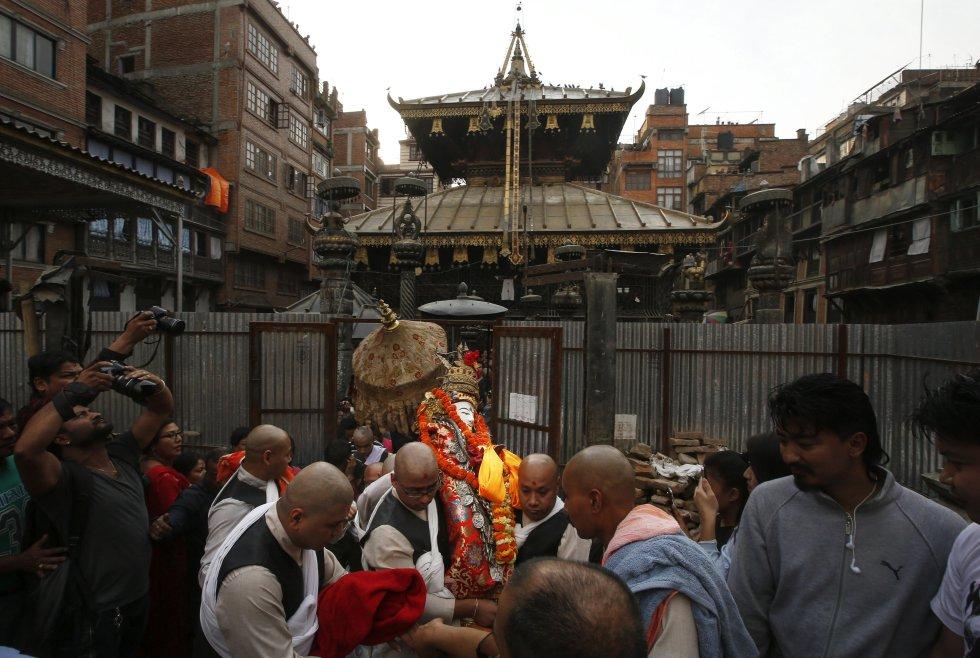 Sacerdotes hindús portan un ídolo de Seto Machindranath