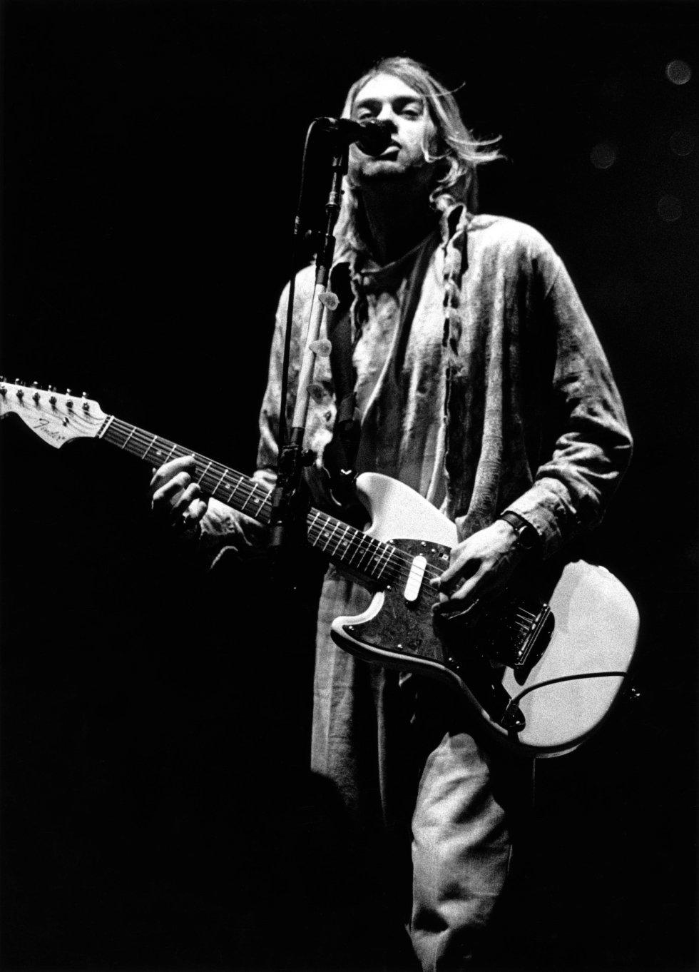 Fue conocido por ser guitarrista, cantante y principal compositor de la banda Nirvana.
