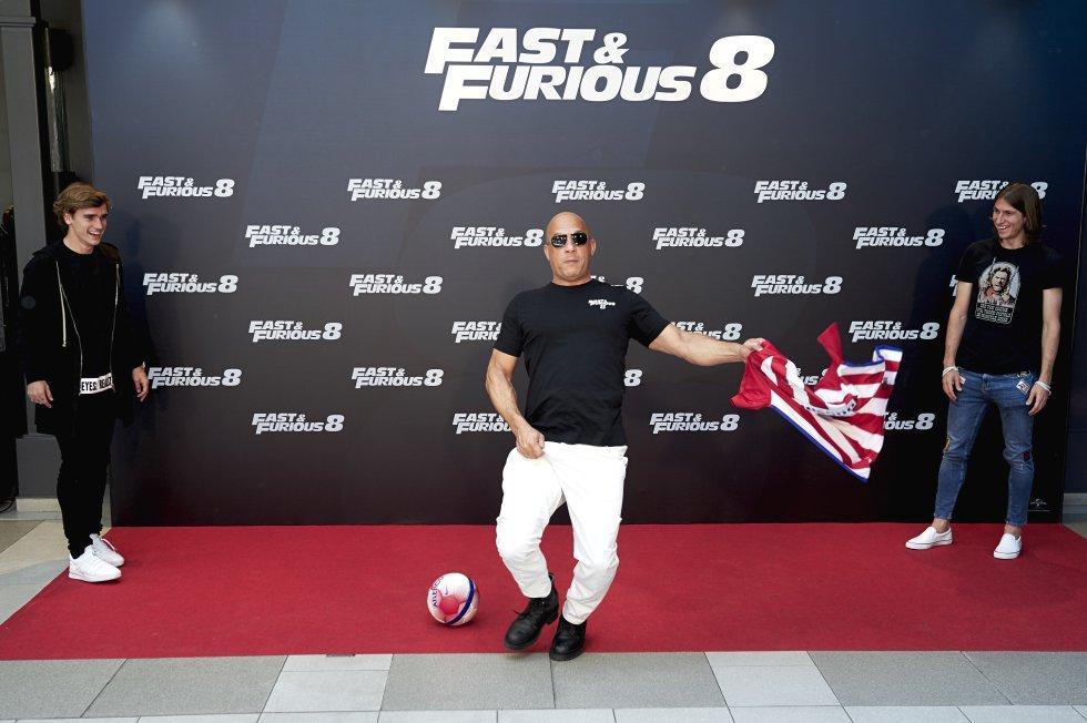"""El actor Vin Diesel mostró sus dotes futbolísticos frente a los jugadores del cuadro """"Colchonero""""."""
