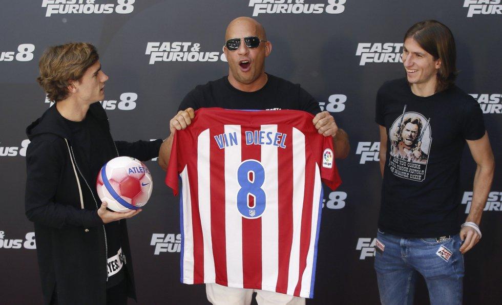 Vin Diesel recibe una camiseta del Atlético de Madrid personalizada con su nombre y el número 8 en referencia a la cinta en promoción.