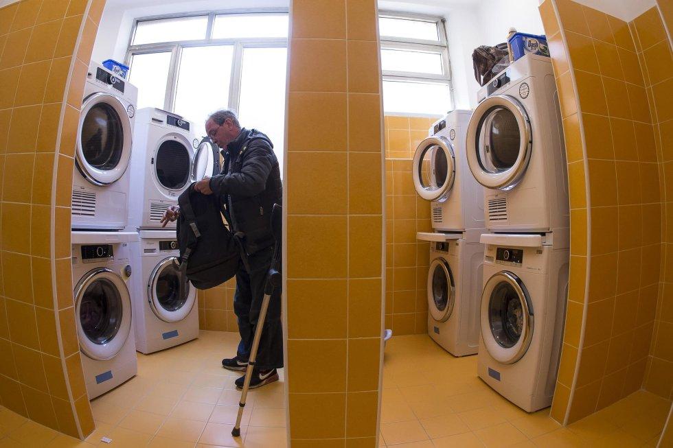 Las personas podrán lavar, secar y planchar su ropa en el Centro Gentes de Paz de la Comunidad de San Egidio, ubicado en un antiguo centro hospitalario de Roma, Italia.