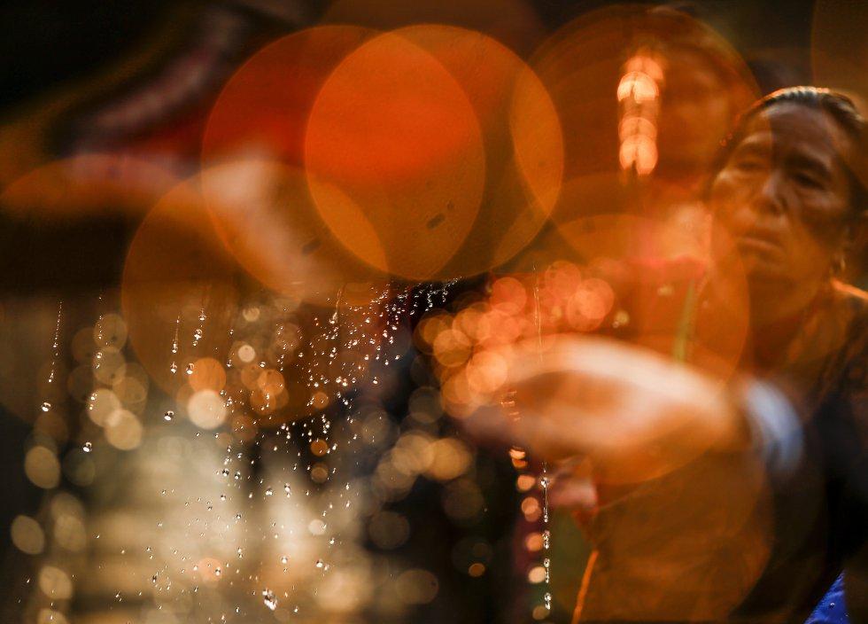 Cientos de devotos se reúnen para el baño ritual.