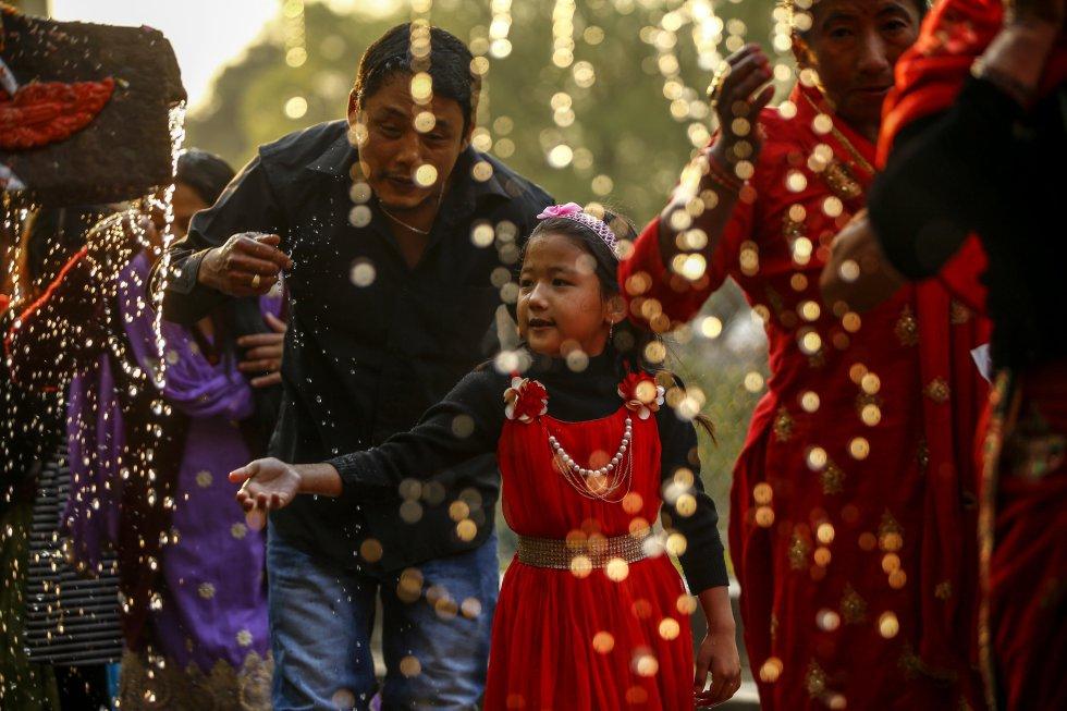 Devotos hindúes se bañan en los 22 chorros durante el festival Balaju Purnima