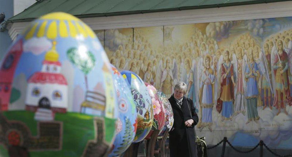 Artistas comunes y corrientes decorar huevos y los exponen al publico en el Festival de Huevos de Pascua, en Kiev. Esto es una tradición ucraniana que se lleva a cabo desde hace varios años.