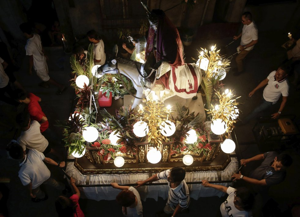 Vista de un paso durante una procesión de Semana Santa durante el Miércoles Santo en Santo Tomás, Filipina.