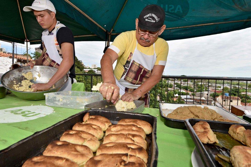 Vista de la elaboración de la chipa, alimento que sirve para reemplazar el consumo de la carne en días santos en Asunción, Paraguay.