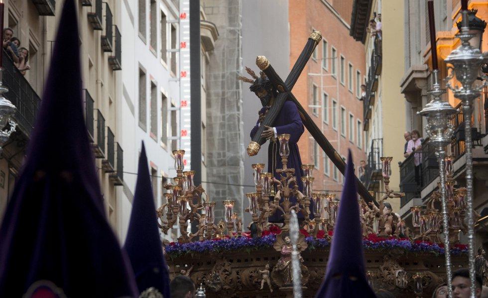 El Cristo de Los Gitanos, de la cofradía de Jesús de la Salud y María Santísima de las Angustias, durante su procesión por las calles de Madrid en la noche del Miércoles Santo.