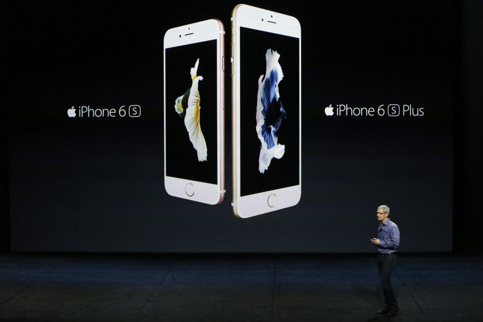"""Con un peso de 143g y versiones de 16, 64 y 128 Gb, este terminal de Apple se hizo con el puesto número uno. La gran novedad fue la inclusión de un procesador A9 considerado """"70 veces más rápido"""" que el iPhone 6. Vendió más de 55 millones de unidades."""
