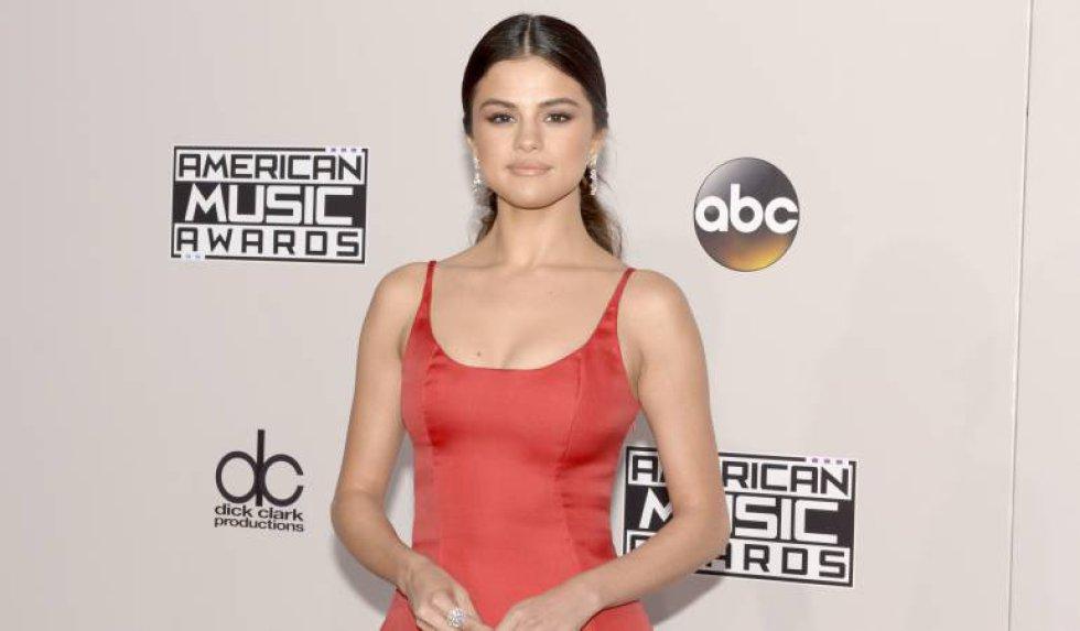 La modelo Sophia posa y se coloca los mismos looks de la cantante.