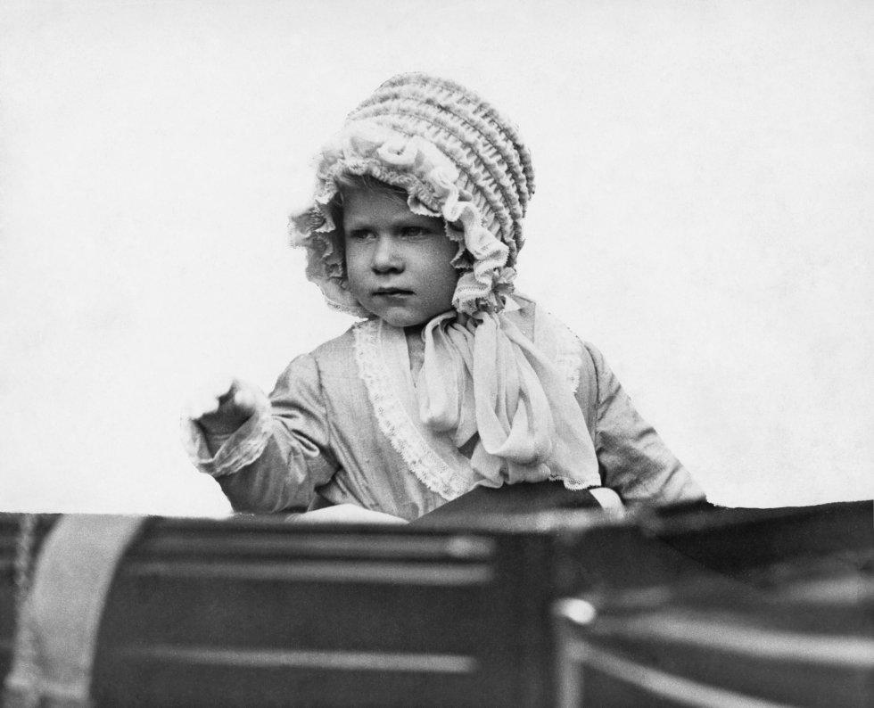 Elizabeth Alexandra Mary nació el 21 de abril de 1926 en Londres, Inglaterra. Hija del rey Jorge Vl y la reina Isabel. Actualmente, lleva 65 años en el poder británico.