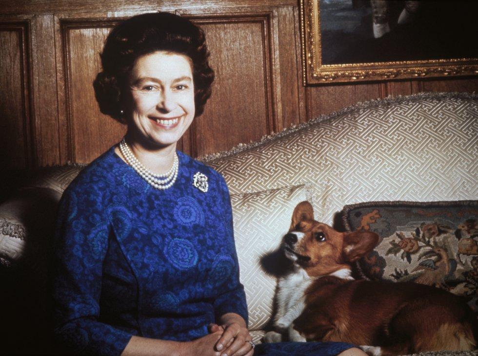 """Con 91 años ostenta el título oficial: """"Isabel ll, Por la gracias de Dios, del Reino Unido de la Gran Bretaña e Irlanda del Norte y Reina de sus otros reinos y territorios, jefa de la Mancomunidad de Naciones de la Commonwealth y Defensora de la Fe""""."""
