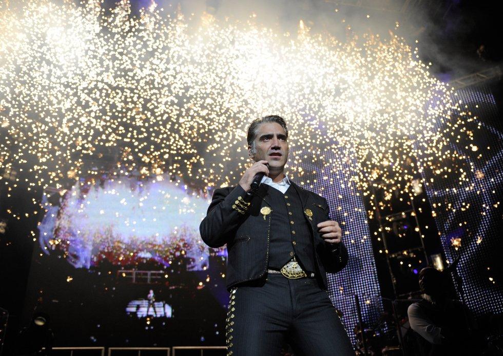 Nació en Ciudad de México el 24 de abril de 1971. A los 5 años subió por primera vez a un escenario a cantar en compañía de Vicente Fernández. Sin embargo, pasó un momento incómodo al olvidar la letra y ser auxiliado por su padre.