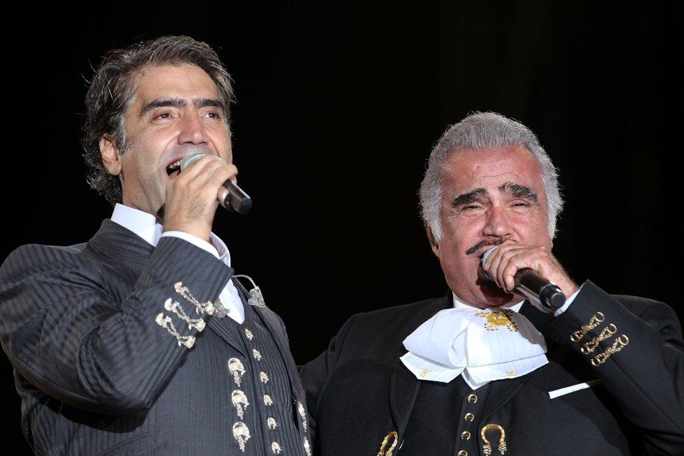 """En 2003, luego de publicar más de 6 álbumes de estudio, realizó un """"macroconcierto"""" con Vicente Fernández en Ciudad de México ante más de 60.000 espectadores."""