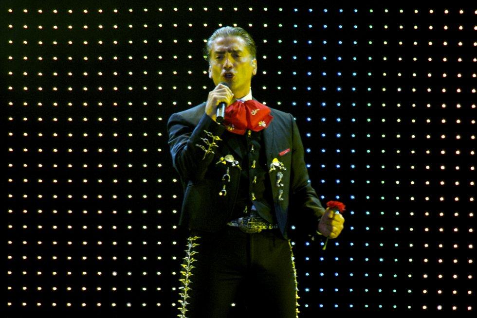 Ha cantado junto a grandes personalidades como Plácido Domingo, Nelly Furtado, Gloria Estefan, Miguel Bosé, entre otros. Obteniendo dos premios Grammy Latino y dos Billboard.