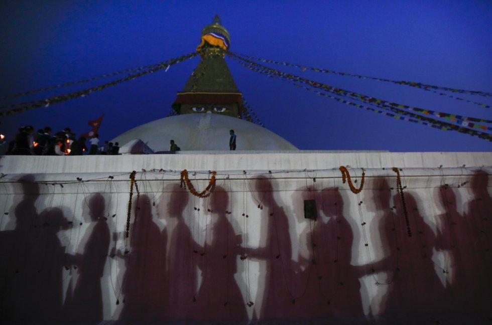 Frente a uno de los monumentos más emblemáticos de Nepal, cientos de personas se congregaron portando velas y lámparas de aceite.