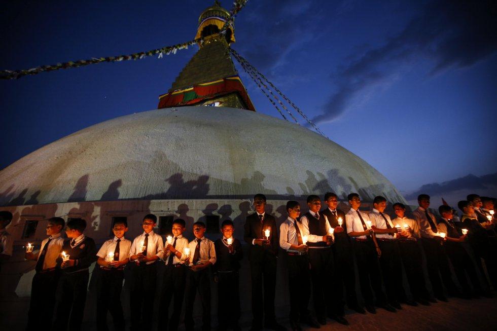La gran estupa Boudhanath de Katmandú, abierta al público hace apenas seis meses tras ser reconstruida, fue el lugar de la ceremonia.