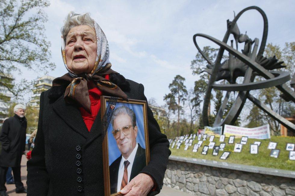 Una mujer llora mientras sostiene la fotografía de su marido fallecido durante esta tragedia ocurrida el 26 de abril de 1986.
