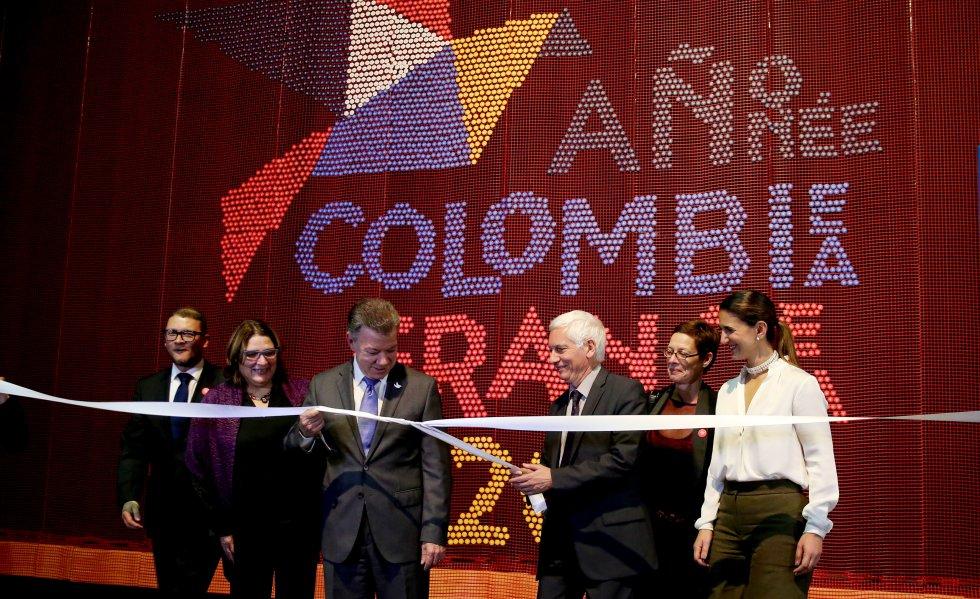 El presidente de Colombia, Juan Manuel Santos (2-i), y el embajador de Francia en Colombia, Jean-Marc Laforet (2-d), participan durante la inauguración de la XXX Feria Internacional del Libro de Bogotá