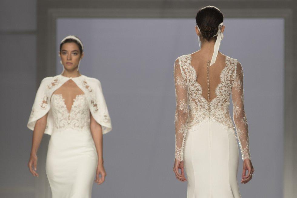 Varias modelos desfilan durante la presentación de la colección diseñada por Hervé Moreau.