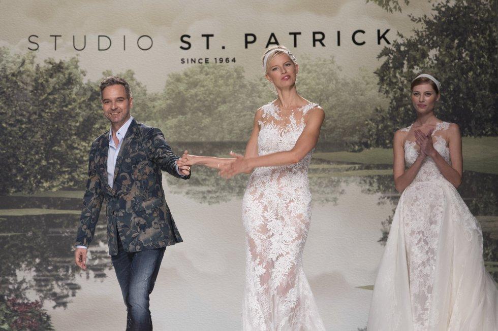 El diseñador de la colección Studio St. Patrick 2018, Hervé Moreau, sale a la pasarela junto a la modelo Karolína Kurková.