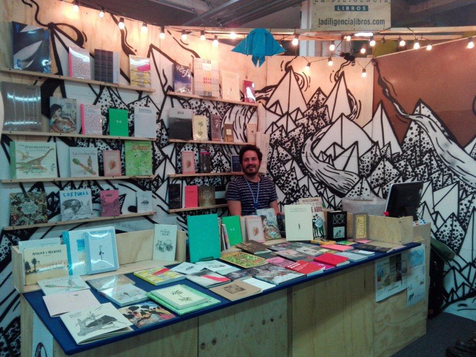 La Diligencia es la distribuidora de 16 sellos independientes a nivel nacional, entre ellas Destiempo, Laguna Libros, Peregrino Ediciones, entre otras. Para esta edición de la Feria del Libro, se destacan publicaciones en poesía, novela, dibujo y una revista porno hecha por artistas plásticos colombianos.