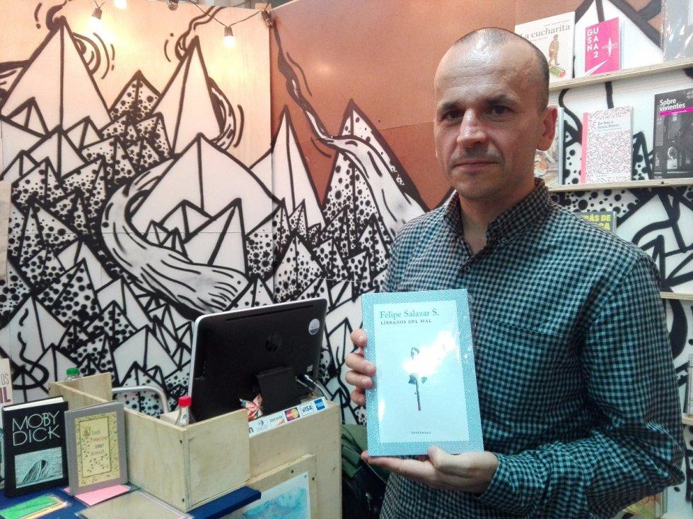 """Felipe Salazar es el autor del libro """"Líbranos del Mal"""", su primera publicación en la editorial independiente Destiempo. Narra diferentes vivencias como sus seis años en el extranjero en Alemania y su vida como músico."""