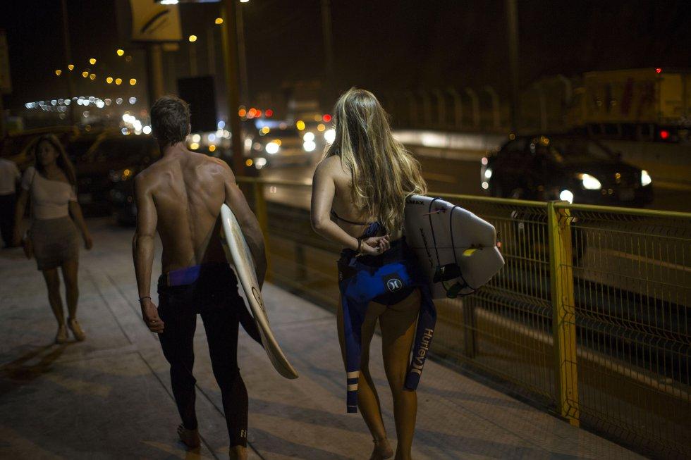 El privilegio de surfear de noche en Lima es consecuencia de una disputa con el municipio capitalino que en mayo de 2015 aumentó el ancho de una vía que pasa junto al litoral. Los surfistas protestaron varios meses acampando sobre la zona de playa asfaltada, pero al final el municipio se impuso con el apoyo de la policía, que golpeó a varios tablistas.