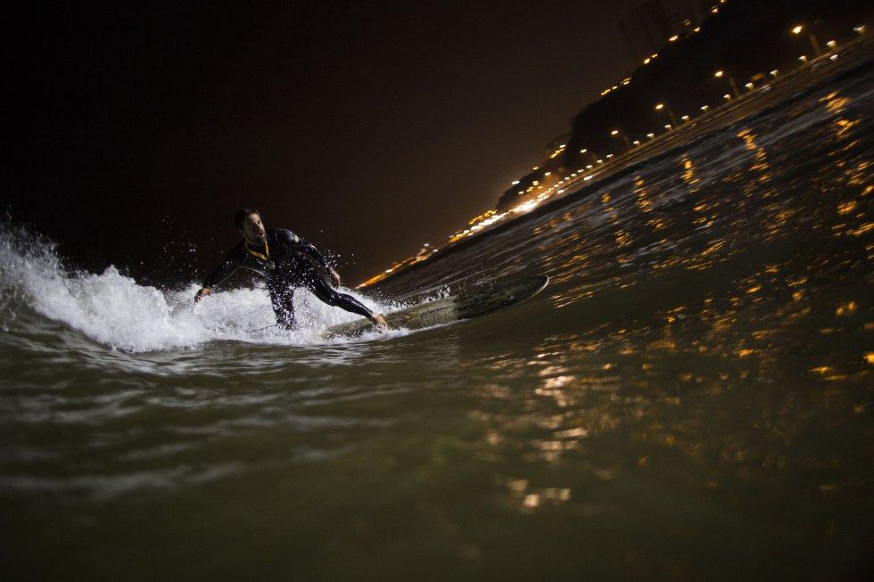 El mayor peligro que enfrentan los surfistas nocturnos es que puedan estrellarse unos contra otros cegados por los poderosos reflectores.