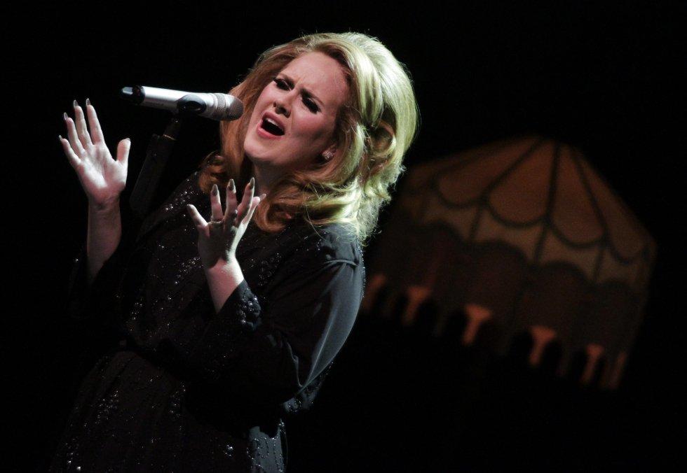 """El repertorio de Adele se inspira en amores y desamores. Por ejemplo el tema """"Daydreamer"""" hace referencia a un ex novio bisexual que la abandonó por otro hombre."""
