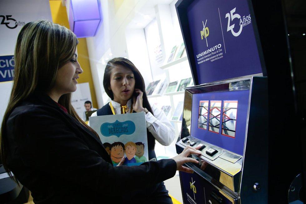 """La universidad Minuto de Dios instaló un """"casino"""" en la Feria del Libro de Bogotá, por el cual incentiva a la lectura."""
